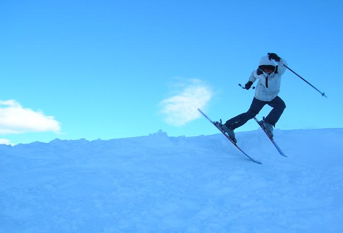 Kolorowo sportowo narciarz